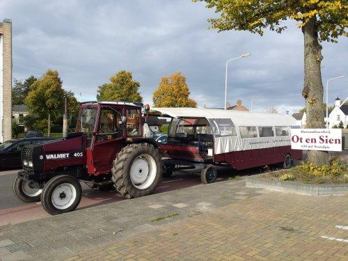Foto van een Valmet 405, druk bezig met Poseren bij het ot en sien museum in Surhuisterveen.. Geplaatst door Roelll op 19-09-2015 om 21:17:21, op TractorFan.nl - de nummer 1 tractor foto website.