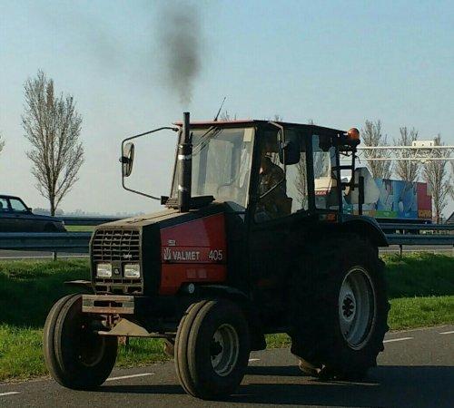 De valmet 405.. Geplaatst door appievaltra op 11-04-2016 om 21:41:32, op TractorFan.nl - de nummer 1 tractor foto website.