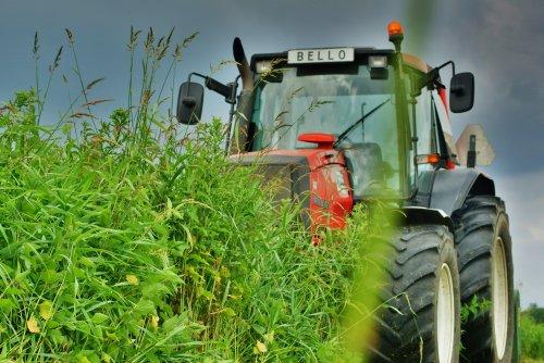 Foto van een Valtra Valmet 8150, bezig met gras maaien. Dit is in een slibdepot in Drempt. Tractor van Groenaannemingsbedrijf Wim Jansen Hengelo Gld.