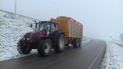 Foto van een Valtra T191 maïs rijden ☺. Geplaatst door 105ls78 op 31-01-2019 om 20:03:39, met 3 reacties.