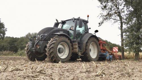 Foto van een Valtra T174, groenbemester zaaien.. Geplaatst door deutz dx 470 op 12-10-2019 om 23:12:41, op TractorFan.nl - de nummer 1 tractor foto website.