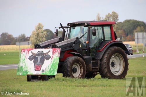 Foto van een Valtra. Meer foto's van het boerenprotest rondom vliegbasis Leeuwarden kun je vinden op https://www.alexmiedema.nl/2019/10/16/protesterende-boeren-rondom-vliegbasis-leeuwarden-niet-blij-met-jsf/