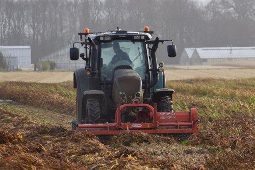 Foto van een Valtra Onbekend bezig met vaste planten hakselen in Noordwijkerhout. Geplaatst door warmerbros op 15-12-2019 om 16:18:03, op TractorFan.nl - de nummer 1 tractor foto website.