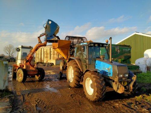 Foto van een valmet 6400, valtra 6850 & schaeff SKS631 bezig met voederbieten wassen en snijden.. Geplaatst door Valtraboerties op 16-12-2019 om 13:48:43, op TractorFan.nl - de nummer 1 tractor foto website.