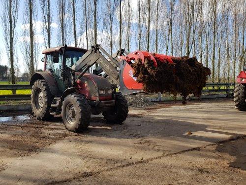 Foto van een Valtra C100 met nieuwe qmac pelikaanbak. Vandaag aan het werk gezet in de vaste mest.. Geplaatst door Valtra-fan Teun op 14-03-2020 om 12:53:13, op TractorFan.nl - de nummer 1 tractor foto website.
