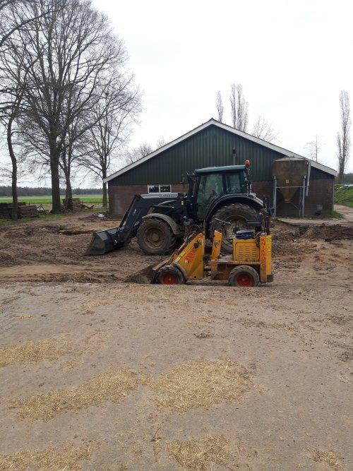 Zondag middag speel middag. Begin gemaakt met het uitgraven van het erf. 6 vrachten betonplaten gekocht zodat we weer wat meer ruimte hebben. Daarnaast een bestaand pad omleggen zodat we met de verbouw kunnen beginnen