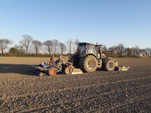 Bietenzaaien op een mooie voorjaars avond. Geplaatst door t6030power op 04-04-2020 om 23:48:40, op TractorFan.nl - de nummer 1 tractor foto website.