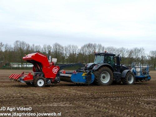 Foto van een Valtra S294, loonbedrijf van Donkersgoed BV uit Voorthuizen aan het aardappels poten. ZIE OOK DE VIDEO  https://youtu.be/EKlfdZMggPY