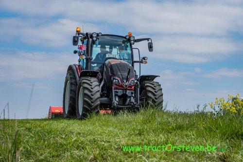Foto van een Valtra A104 met een Maschio Corazza klepelmaaier. Geplaatst door FiatPeter op 17-06-2020 om 21:30:15, op TractorFan.nl - de nummer 1 tractor foto website.