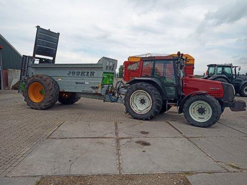 Foto van een Valtra 6400 met Joskin siroko 4010 9v nieuw in het assortiment. Geplaatst door Koenis op 18-06-2020 om 17:34:10, op TractorFan.nl - de nummer 1 tractor foto website.