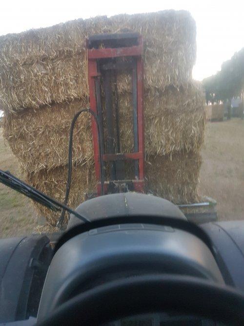 Foto van een Valtra N123  Full speed stro laden. Geplaatst door Mc_douwel op 10-08-2020 om 22:23:14, op TractorFan.nl - de nummer 1 tractor foto website.