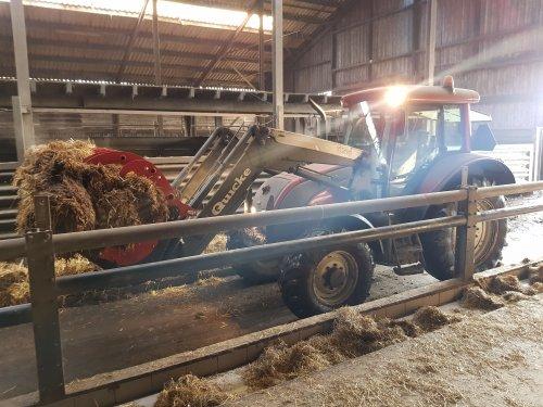 Foto van een Valtra C100 bezig met stallen uitmesten.. Geplaatst door Valtra-fan Teun op 23-01-2021 om 18:36:46, op TractorFan.nl - de nummer 1 tractor foto website.