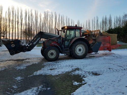 Foto van een Valtra C100 bezig met voeren.. Geplaatst door Valtra-fan Teun op 13-02-2021 om 18:21:50, op TractorFan.nl - de nummer 1 tractor foto website.
