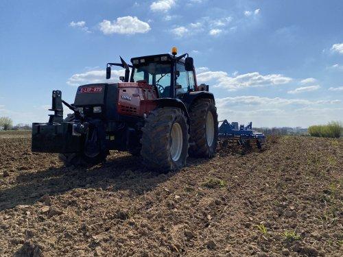 Foto van een Valtra 8950, dagje drijmest inwerken. Vorig jaar kwam de nieuwe cultivator 1 dag te laat om te gebruiken op de graanstoppel. Na 8 maand eindelijk kunnen inzetten, bijzonder tevreden van het mooie vlakke resultaat!