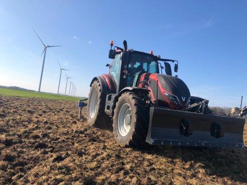 Gescheurd grasland woelen zodat het geploegd kan worden en er mais in kan.. Geplaatst door ljdekker op 01-05-2021 om 09:58:17, op TractorFan.nl - de nummer 1 tractor foto website.