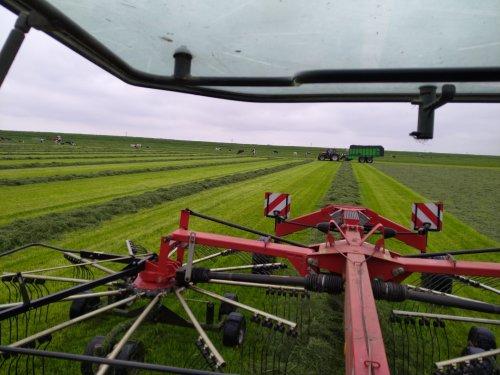 Foto van een Valtra N134, loopt mooi zo, alleen laad het niet zo snel met dit redelijk zware gras.. Geplaatst door trean op 14-05-2021 om 12:37:40, met 6 reacties.
