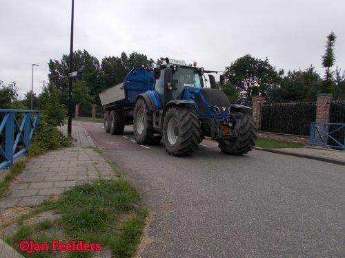 Op deze foto is Vema Schiedam BV (Schiedam) × actief met een Valtra T214. Valtra op weg naar de zaak.
