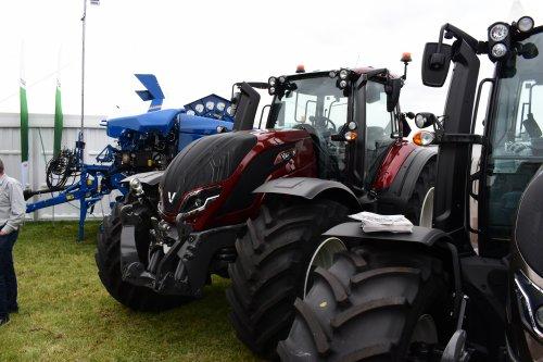 Foto van een Valtra Onbekend T145. Geplaatst door jordi 1455 op 14-09-2021 om 19:50:46, op TractorFan.nl - de nummer 1 tractor foto website.