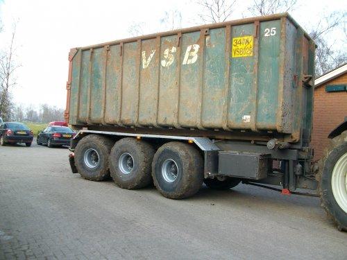 Foto van een Valtra T191, bezig met dumperen. Geplaatst door RKNIJBR op 12-03-2011 om 19:48:12, met 8 reacties.