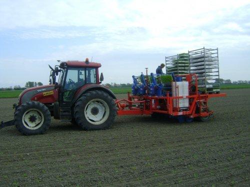 Foto van een Valtra C100, bezig met planten.. Geplaatst door Loonbedrijf Knuit op 08-04-2011 om 14:22:12, met 3 reacties.
