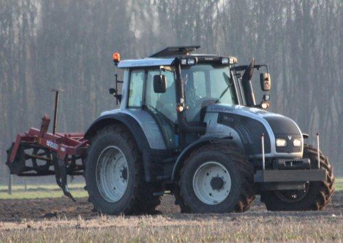Foto van een Valtra T152 Direct, bezig met de evers eggen in noordwijkerhout.. Geplaatst door warmerbros op 06-03-2012 om 19:05:52, met 36 reacties.