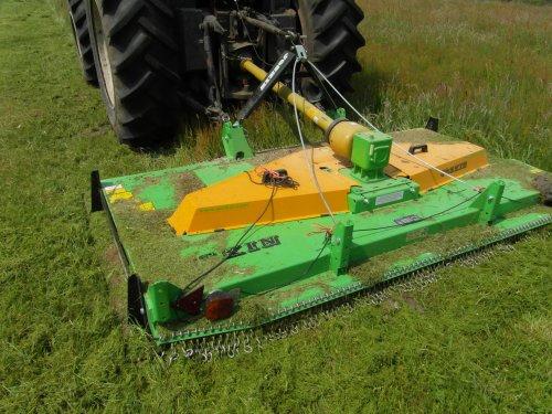 Foto van een Valtra 6200, bezig met gras maaien.. Geplaatst door Staatsboswachter op 30-05-2012 om 20:18:41, met 2 reacties.