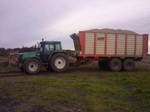 Foto van een Valtra 6800, bezig met maïs hakselen.. Geplaatst door Valtra Powerrr op 18-12-2012 om 08:42:21, met 3 reacties.