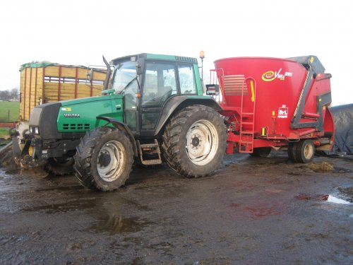 Foto van een Valtra 6400.. Geplaatst door kuuuper op 29-12-2012 om 13:29:02, op TractorFan.nl - de nummer 1 tractor foto website.