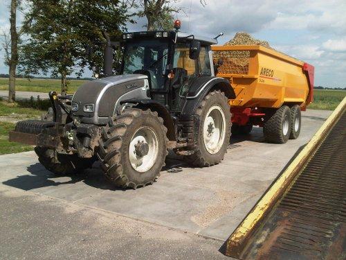 Foto van een Valtra N141, bezig met voeren.   plantuien rijden in de polder!. Geplaatst door gerke111 op 19-02-2013 om 21:05:28, met 8 reacties.