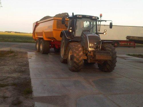 Foto van een Valtra N141, bezig met voeren.. Geplaatst door gerke111 op 19-02-2013 om 21:05:31, met 2 reacties.