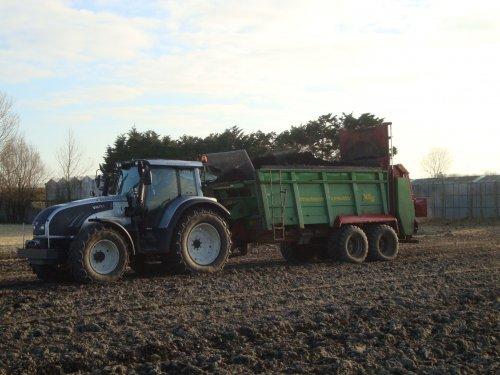 Foto van een Valtra T152 Direct, bezig met poseren.. Geplaatst door Gerton op 21-03-2013 om 22:15:29, op TractorFan.nl - de nummer 1 tractor foto website.