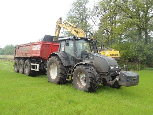 Foto van een Valtra T191, bezig met dumperen.. Geplaatst door landbouw op 08-05-2013 om 21:49:27, met 2 reacties.