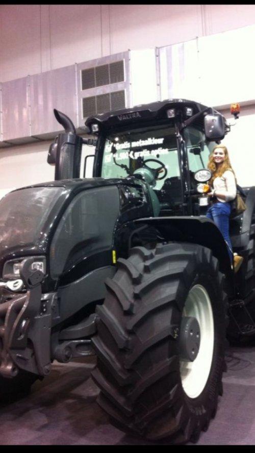 Foto van een Valtra Lady, druk bezig met Poseren. Mn vriendin met een goede tractor smaak;). Geplaatst door Nick421 op 05-12-2013 om 20:04:15, met 6 reacties.