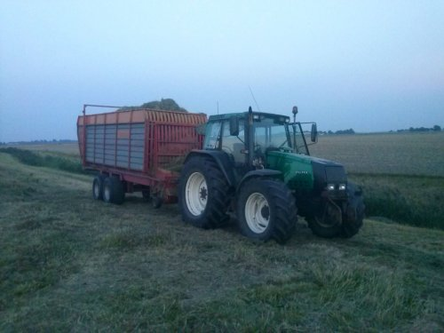 Foto van een Valtra 6800, bezig met gras inkuilen.. Geplaatst door Valtra Powerrr op 20-01-2014 om 11:28:30, op TractorFan.nl - de nummer 1 tractor foto website.