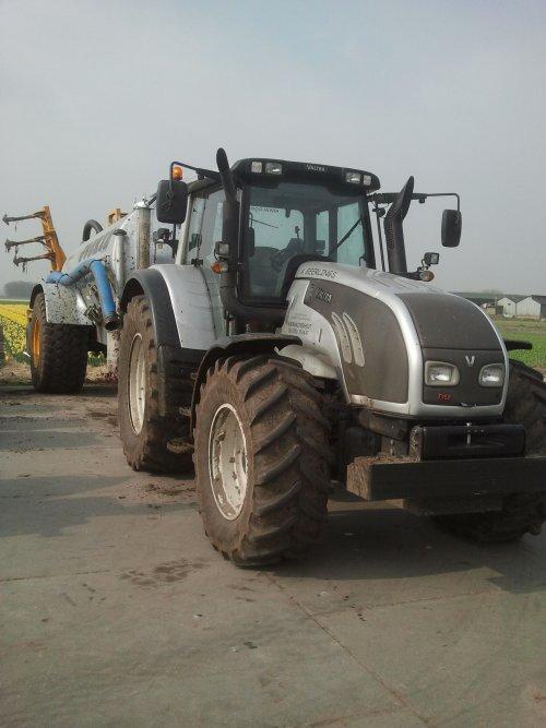 Foto van een Valtra T152 Direct, bezig met poseren met de Joskin bouwland bemester.. Geplaatst door Gerton op 10-05-2014 om 20:38:58, op TractorFan.nl - de nummer 1 tractor foto website.