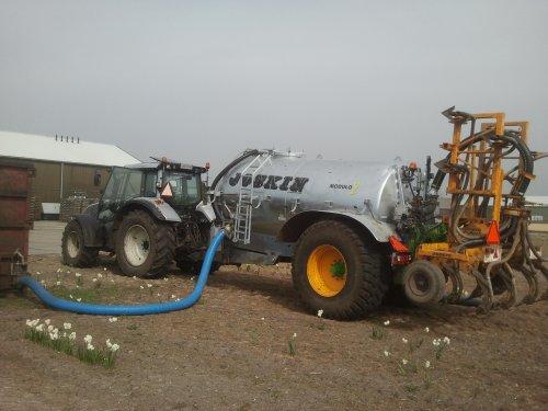 Foto van een Valtra T152 Direct, bezig met bemesten.. Geplaatst door Gerton op 10-05-2014 om 20:42:58, op TractorFan.nl - de nummer 1 tractor foto website.