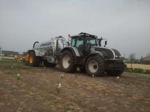 Foto van een Valtra T152 Direct, bezig met bemesten.. Geplaatst door Gerton op 10-05-2014 om 20:43:10, op TractorFan.nl - de nummer 1 tractor foto website.