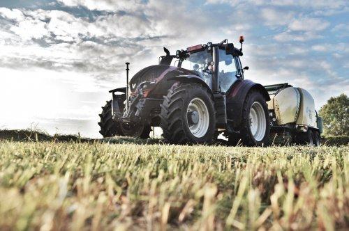 Foto van een Valtra T194, bezig met balen persen.. Geplaatst door Jan Ramon op 18-06-2015 om 16:40:38, op TractorFan.nl - de nummer 1 tractor foto website.
