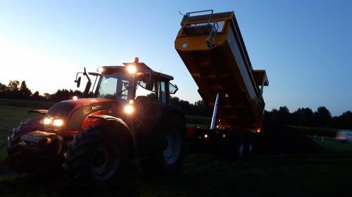 fabrieks aardappels rijden met een Valtra N141 en de nieuwe vgm 2-asser. Geplaatst door roel-hartemink op 16-09-2016 om 14:09:32, op TractorFan.nl - de nummer 1 tractor foto website.
