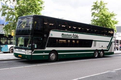 Foto van een Van Hool TD927 Astromega, opgebouwd voor personenvervoer.. Geplaatst door xrayjaco op 13-08-2016 om 18:07:37, op TractorFan.nl - de nummer 1 tractor foto website.