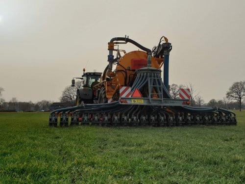 Op deze foto is A.J. Looman & Zn. (Zelhem) aan het zodenbemesten met een Veenhuis Hondegang tank!. Geplaatst door Deere Hunter op 04-03-2021 om 12:15:03, op TractorFan.nl - de nummer 1 tractor foto website.
