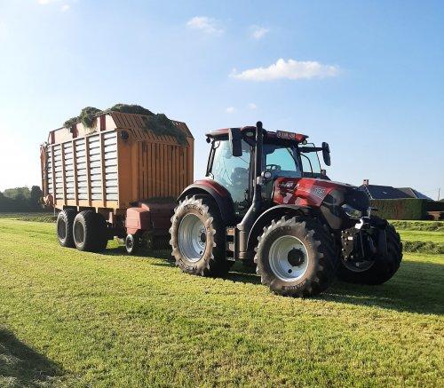 Foto van een Veenhuis Combi 2000 De helft van het gras al in de kuil, het wil wel drogen nu 😅. Geplaatst door Case IH12 op 29-05-2021 om 21:52:13, op TractorFan.nl - de nummer 1 tractor foto website.