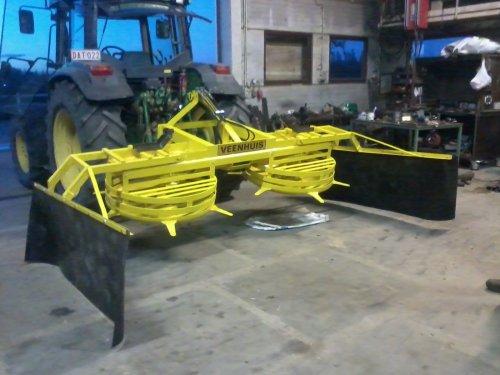 Foto van een Veenhuis kuilverdeler, bezig met poseren. volledig herspoten en met hydraulische topstang en hydraulische zijborden