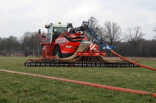 Sleepslang bemesten  https://youtu.be/jI2JaKLTSsw. Geplaatst door pekkerietfan op 24-03-2020 om 20:49:39, op TractorFan.nl - de nummer 1 tractor foto website.