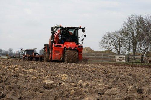 Gubbels Agro in de mest   https://youtu.be/vC-ElNb3Y_U. Geplaatst door pekkerietfan op 09-04-2021 om 21:33:55, op TractorFan.nl - de nummer 1 tractor foto website.