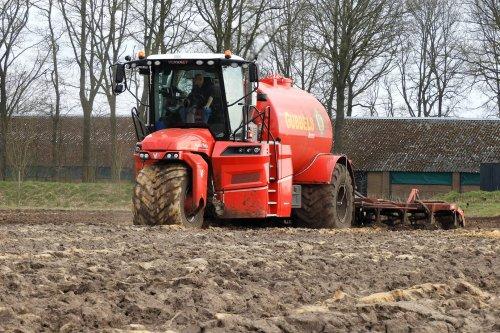 Gubbels Agro in de mest  https://youtu.be/vC-ElNb3Y_U. Geplaatst door pekkerietfan op 10-04-2021 om 17:05:49, op TractorFan.nl - de nummer 1 tractor foto website.