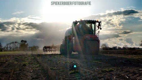 Hier zie je Firma Ten Voorde ( Terwolde)  met een Vervaet Hydro Trike XL aant bouwland bemesten. Geplaatst door Juri-johndeere op 04-05-2021 om 17:34:12, op TractorFan.nl - de nummer 1 tractor foto website.