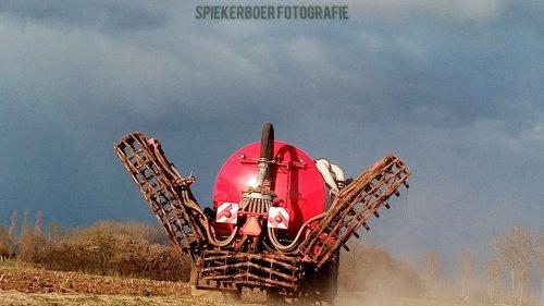 Hier zie je Firma Ten Voorde ( Terwolde)  met een Vervaet Hydro Trike XL aant bouwland bemesten. Geplaatst door Juri-johndeere op 04-05-2021 om 17:34:14, met 2 reacties.