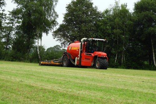 Gubbels Agro uit Broekland aan het bemesten. Geplaatst door pekkerietfan op 22-07-2021 om 20:46:25, op TractorFan.nl - de nummer 1 tractor foto website.