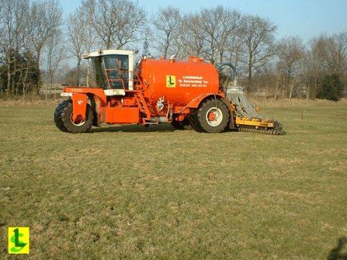 Foto van een Vervaet hydro trike, bezig met bemesten. http://www.desamenwerkingbv.nl. Geplaatst door betten op 02-02-2009 om 17:31:44, op TractorFan.nl - de nummer 1 tractor foto website.